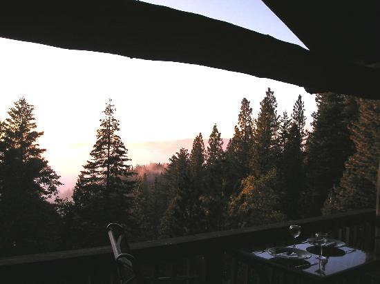 Yosemite West High Sierra Bed and Breakfast: Dining on the balcony