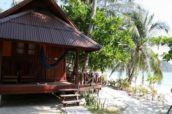 Star Hut Bungalows: One hut at the edge of the beach