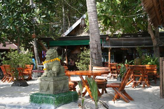 Star Hut Bungalows: Part of the relaxing restaurant on the beach