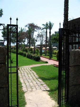 PR Club Gul Resort: Weg zum Strand über das Schwesternhotel Grand Gül Beach