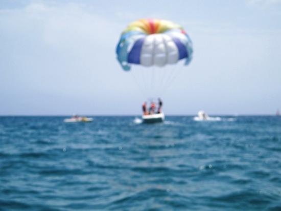 Las Buganvillas Apartments: paragliding at puerto rico beach