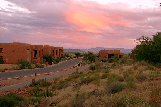Red Mountain Resort: Sunset view of condos adjacent to spa