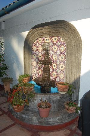 El Rancho Perla Negra: Fountain on the patio