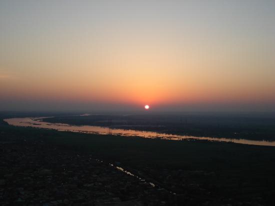 Maritim Jolie Ville Kings Island Luxor: Sunrise viewed from hot air balloon