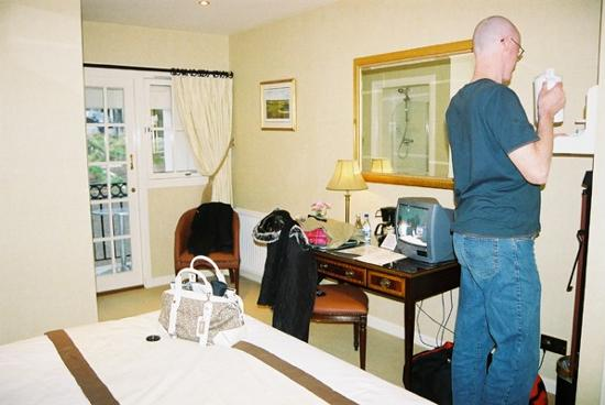 Cults Hotel: Other area of the room (opposite the bed)