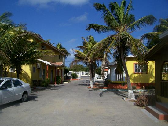 Coconut Inn: Hotel complex on both sides of their roadway