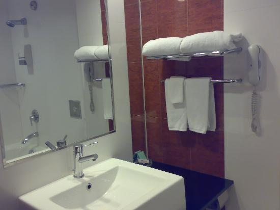 Bayview Hotel Singapore - TEMPORARILY CLOSED: bathroom