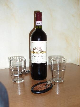Lombardi Hotel: Complimentary Wine