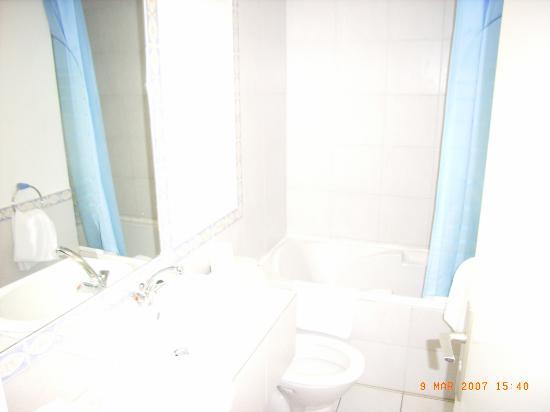 Le Royal Hotel: Bathroom to room 302