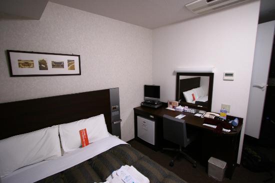 Comfort Hotel Yokohama Kannai : Bed, desk, TV and refrigerator