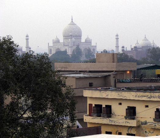 Hotel Sheela Inn: Rooftop View of Taj Mahal