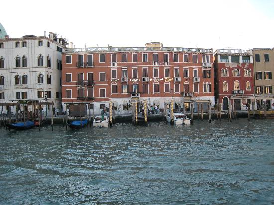 front of hotel bild von hotel carlton on the grand canal. Black Bedroom Furniture Sets. Home Design Ideas