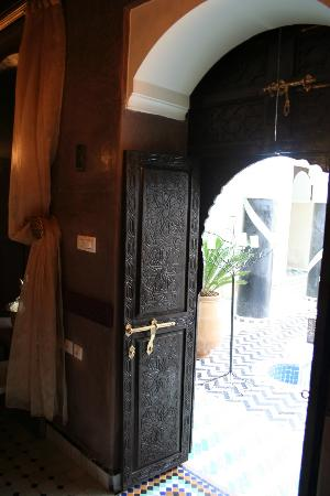 Riad El Mansour: courtyard door