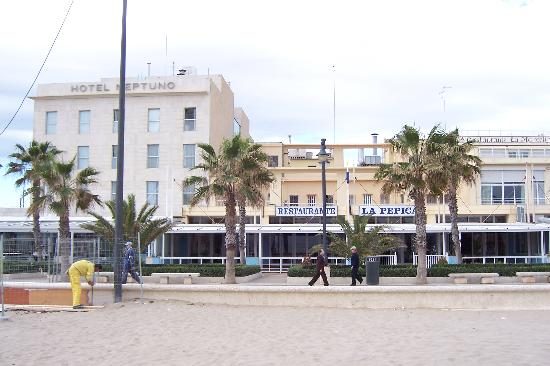 Hotel Neptuno & Apartments: View of the Hotel from the beach
