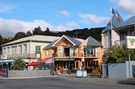 L'Hotel Akaroa: Front of l'Hotel, from waterfront.