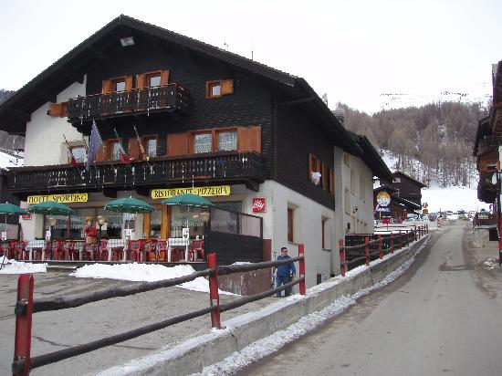 Dependance Sporting: Hotel, building behind is the Carosello 3000 gondola