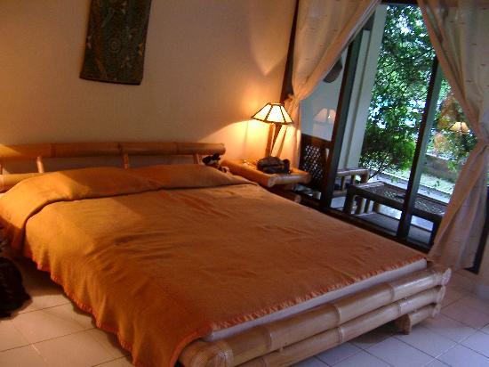 โรงแรมอดิรามาบีช: The hotel room with the very spacious bed