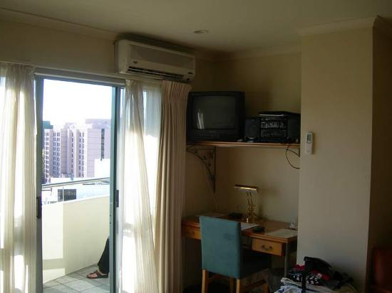 Quest Auckland Serviced Apartments: Desk and Entertainment Area