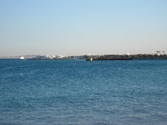 The Grand Hotel Hurghada : vue de la plage de l'hôtel