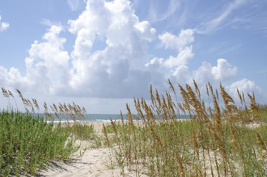 Atlantic Beach, Carolina del Norte: beach view by Cape Lookout Lighthouse