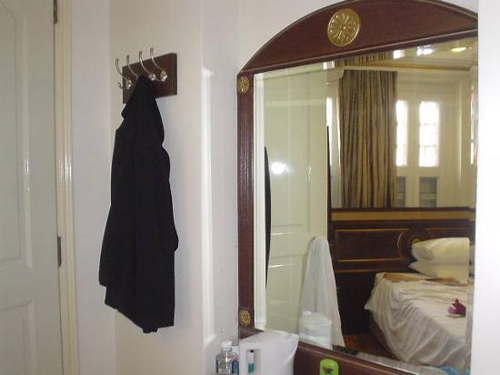 โรงแรม 81 ไชน่าทาวน์: Hotel 81 Chinatown Superior Room - place for hanging clothes