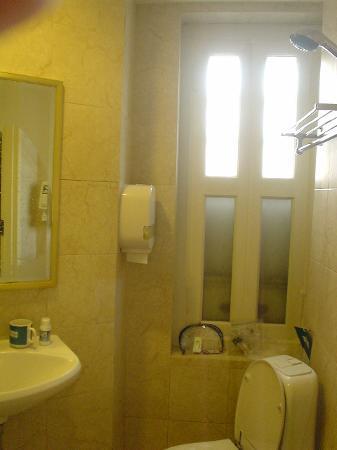 โรงแรม 81 ไชน่าทาวน์: Hotel 81 Chinatown Superior Room - shower room and toilet in one place!