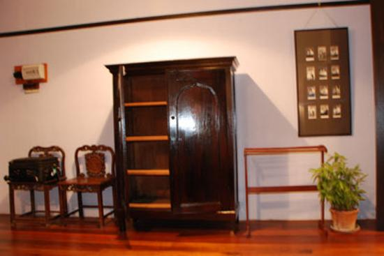 Cheong Fatt Tze - The Blue Mansion: Old cupboards in the room