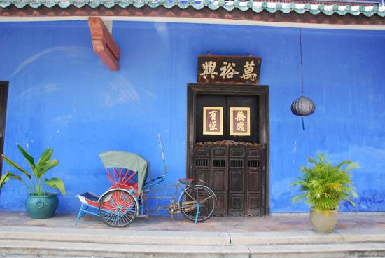 Cheong Fatt Tze - The Blue Mansion: Trishaw out the front