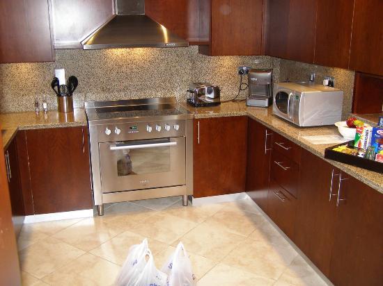 JA Oasis Beach Tower: Huge kitchen!