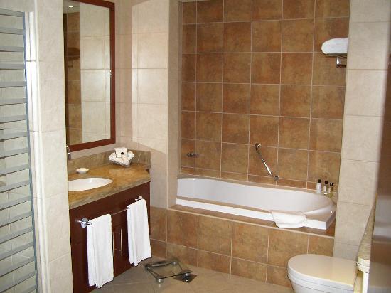 JA Oasis Beach Tower: Master bathroom