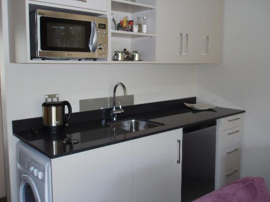 Delago Motel Apartments: Kitchen w/washer & dryer