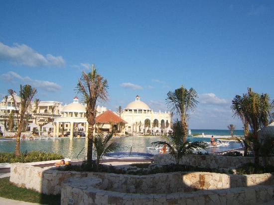 Iberostar Grand Hotel Paraiso: main pool and buffet restaurant