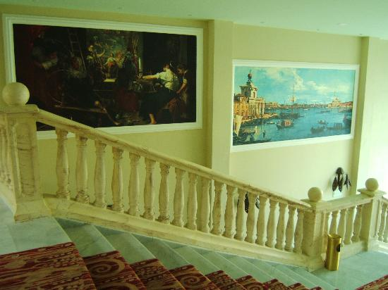 Iberostar Grand Hotel Paraiso: staircase frescoes