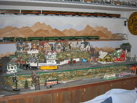Double K Ranch Bed and Breakfast: Train set inside Depot Room
