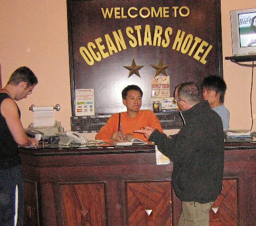 Hanoi Phoenix Hotel: Busy reception area