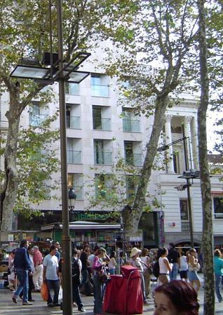 Citadines Ramblas Barcelona: L'hotel vu depuis les Ramblas