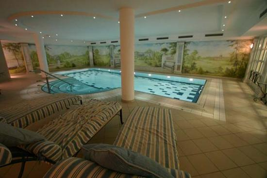Louisa's Place: Pool area