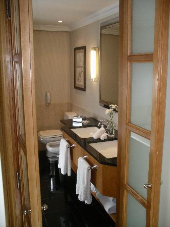 Sofitel Buenos Aires Arroyo: Bathroom vanity