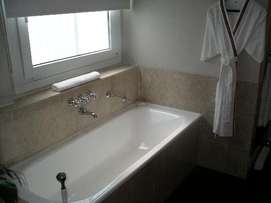 Sofitel Buenos Aires Arroyo: Bathtub - stall shower next to bath