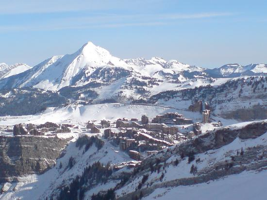 Avoriaz, France : La falaise is on the left, on the edge of that cliff!