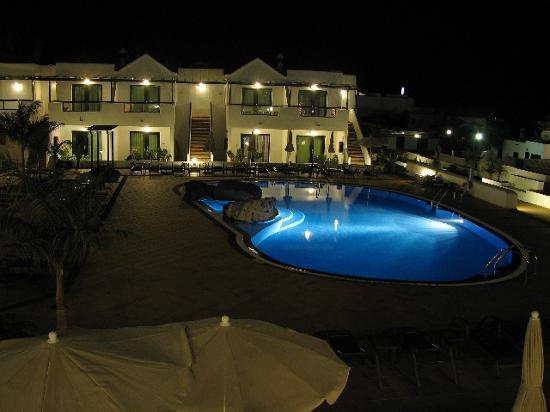 Hotel Pocillos Playa: Pool View at Night