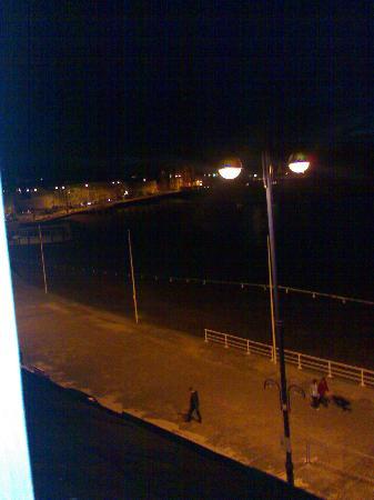 Gwesty'r Marine Hotel: View outside by night.