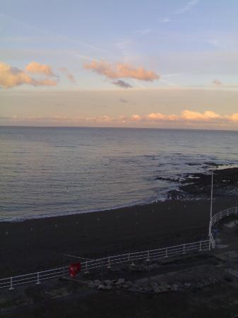 Gwesty'r Marine Hotel: Sea view by day.