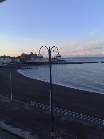 Gwesty'r Marine Hotel: Looking along the beach.