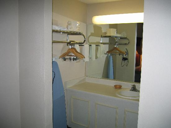 Days Inn Galleria-Birmingham: Small area for sink was ample for us