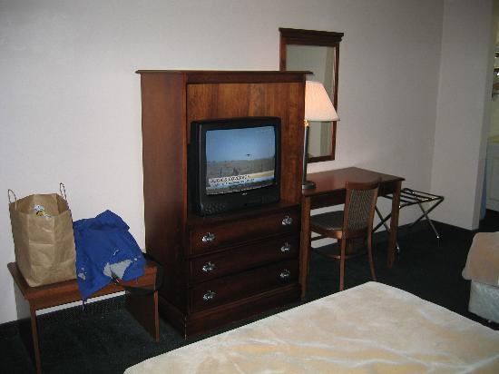 Days Inn Galleria-Birmingham: TV worked fine except for having to point the remote at the exact right spot to work!