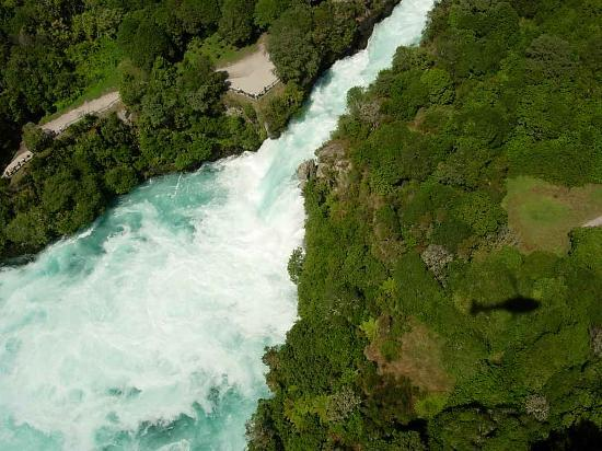 ‪هوكا لودج: Huka Falls from the air‬