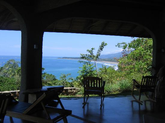 La Cusinga Eco Lodge: The first view as you enter the open air lobby