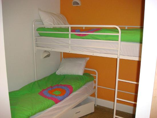 Butlins Shoreline Hotel: Childrens beds area, with own tv in corner