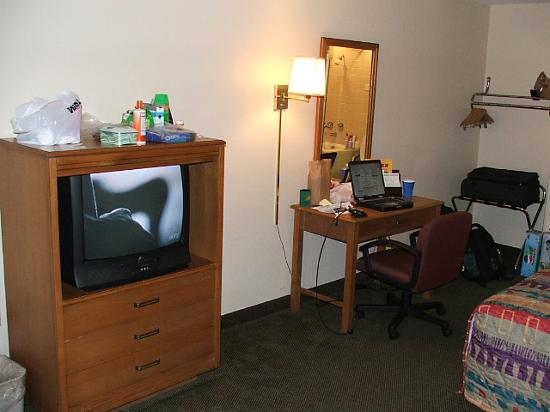 Great Smokies Inn: TV and Desk